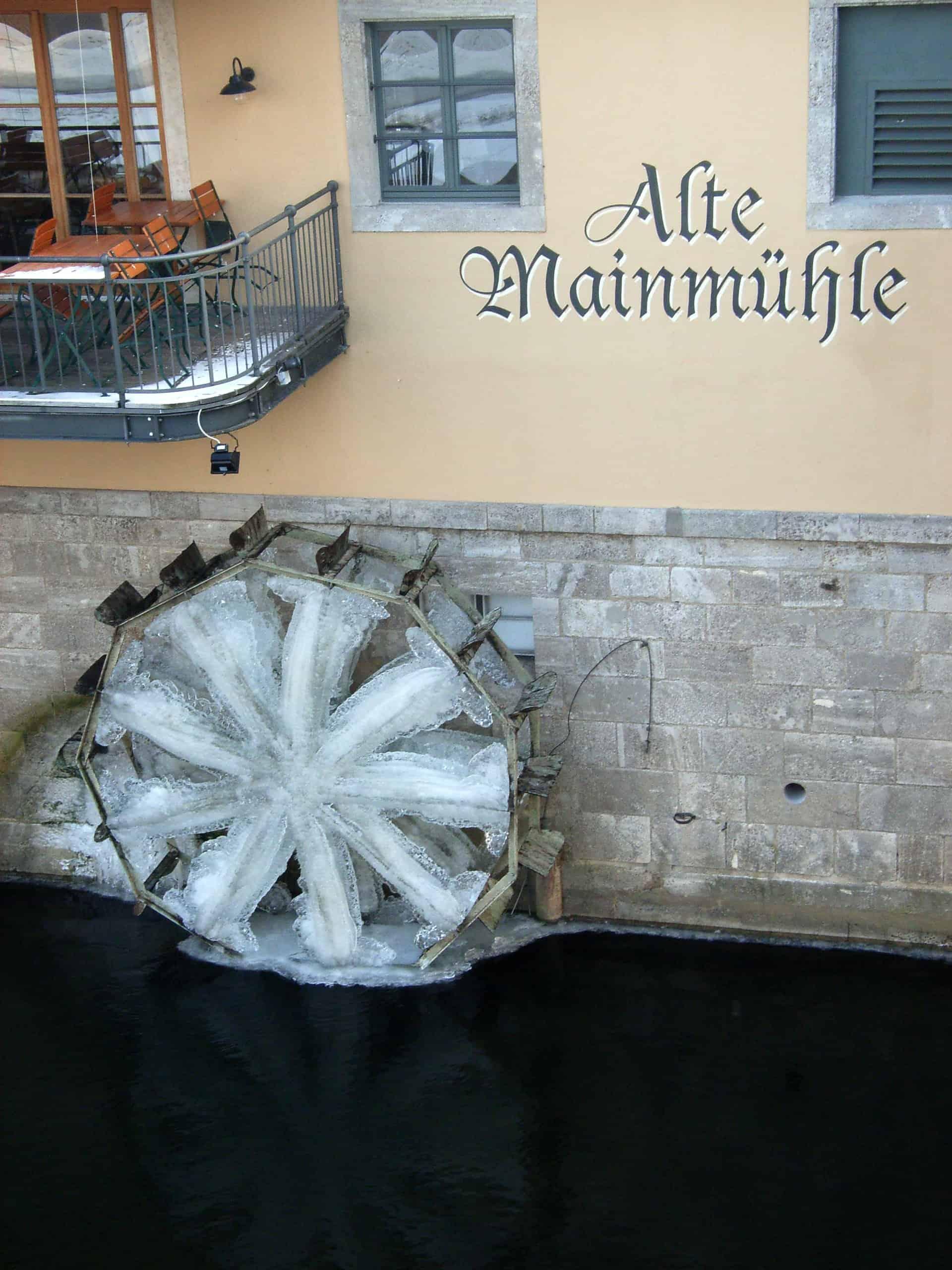 Eingefrorenes Mühlrad an der alten Mainmühle