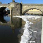 Alte Mainbrücke mit Eis