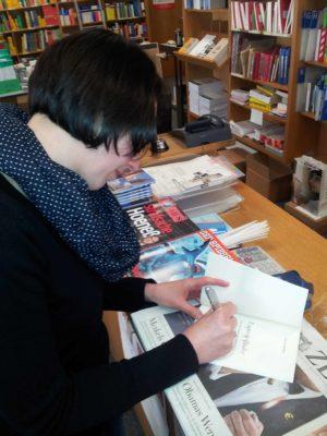 Emily signiert ihr Buch