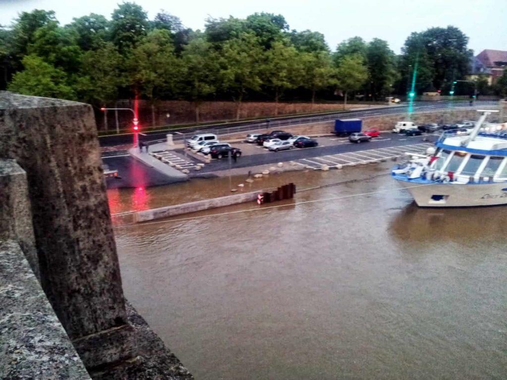 Der Stadtstrand räumt wegen Hochwasser das Gelände am Main