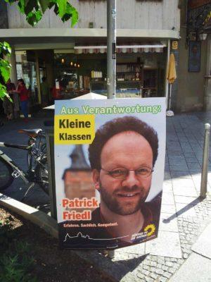 Wahlplakat von Patrick Friedl vor dem D.O.C.