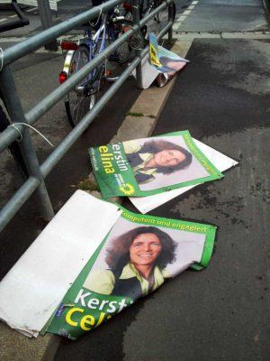 Wahlplakate am Boden