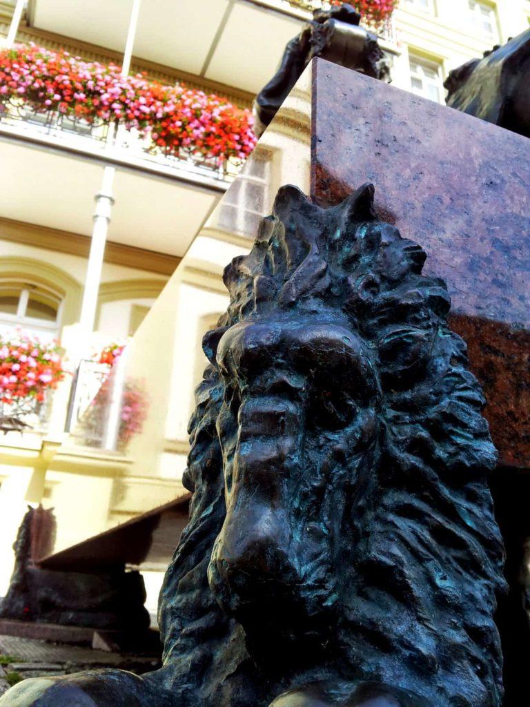 Löwendings am Fuße der Rakoczy-Statue in Bad Kissingen