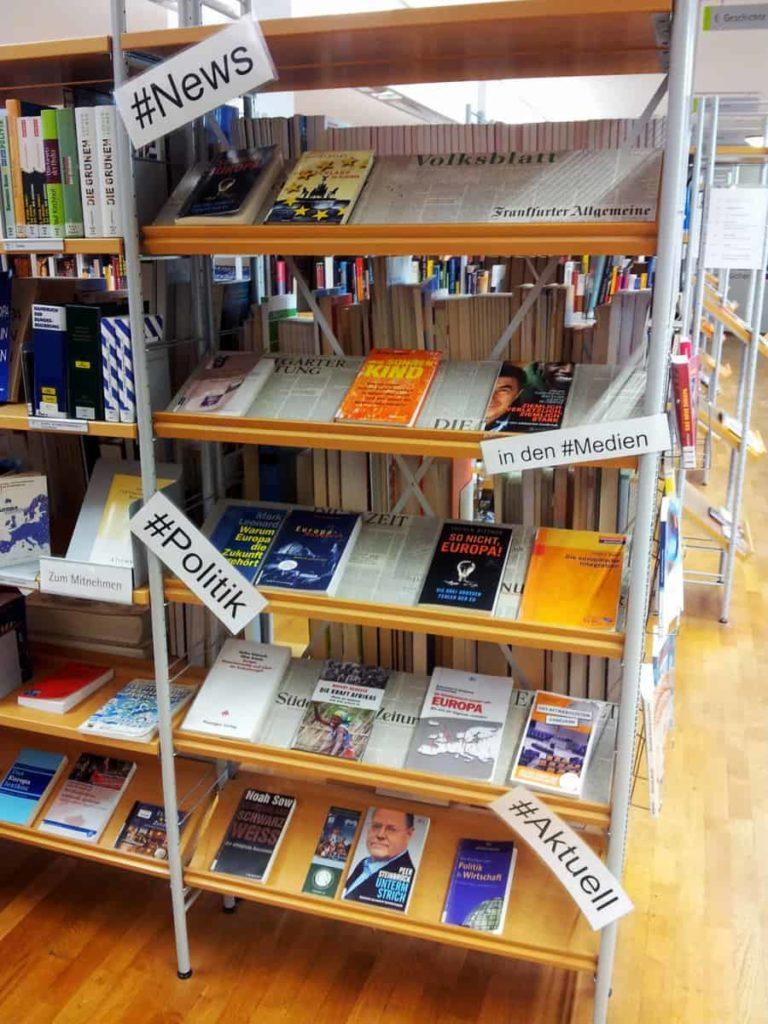 Stadtbücherei Regal mit Hashtags