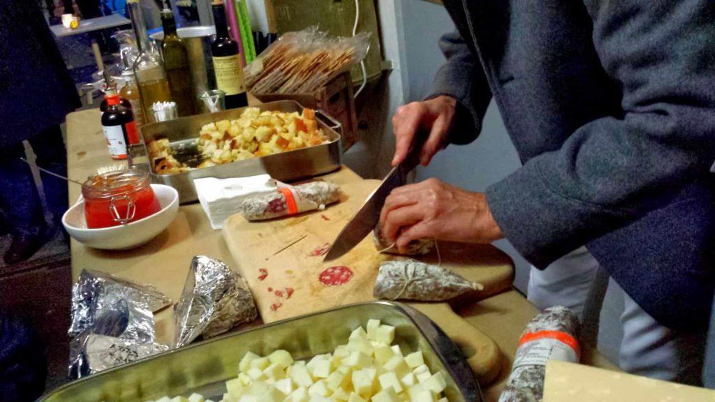 Probierzeit: Italienische Salami schnippeln.