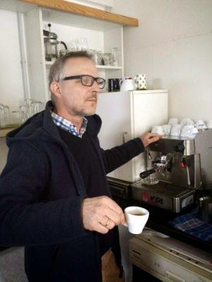 """Tilman Hampl erklärt die Kaffeemaschine der """"Bar 87"""""""