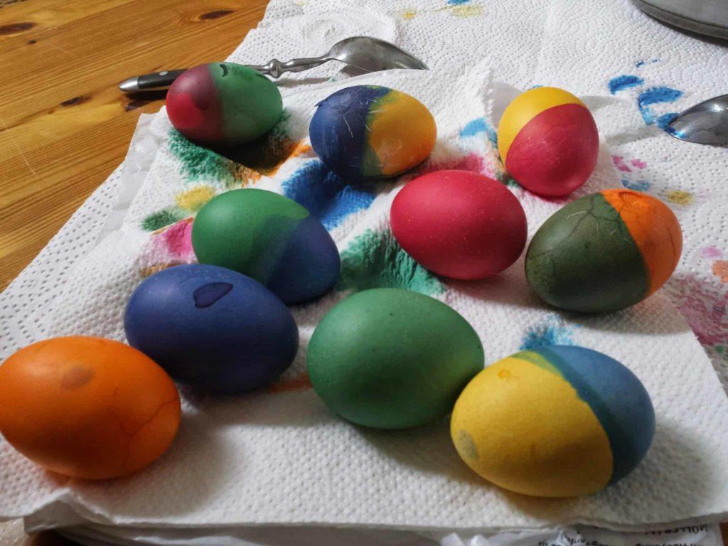 Ostereier, natürlich Bio. Dafür ist die Farbe reine Lebensmittelchemie.