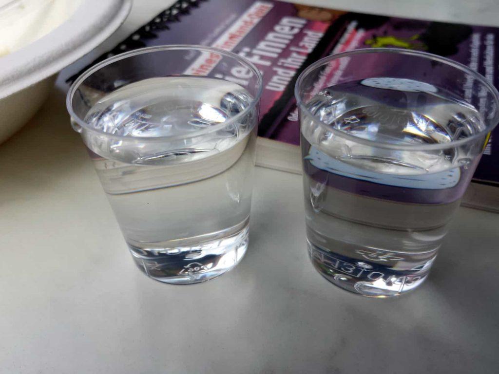 Koskenkorva - Finnischer Wodka. Im Hintergrund das lustige Finnland-Quiz von Karin Bayha und Gunther Schunk.