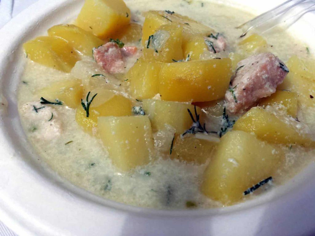 Lohikeitto, finnische Lachssuppe mit Kartoffeln.