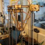 Ein 3D-Drucker, teilweise gebaut von einem 3D-Drucker.