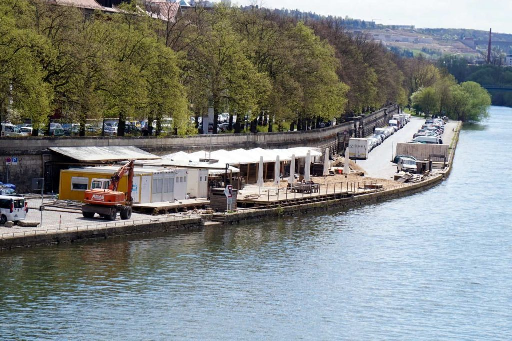 Bald fertig für die neue Saison - der Stadtstrand an der Löwenbrücke in Würzburg.