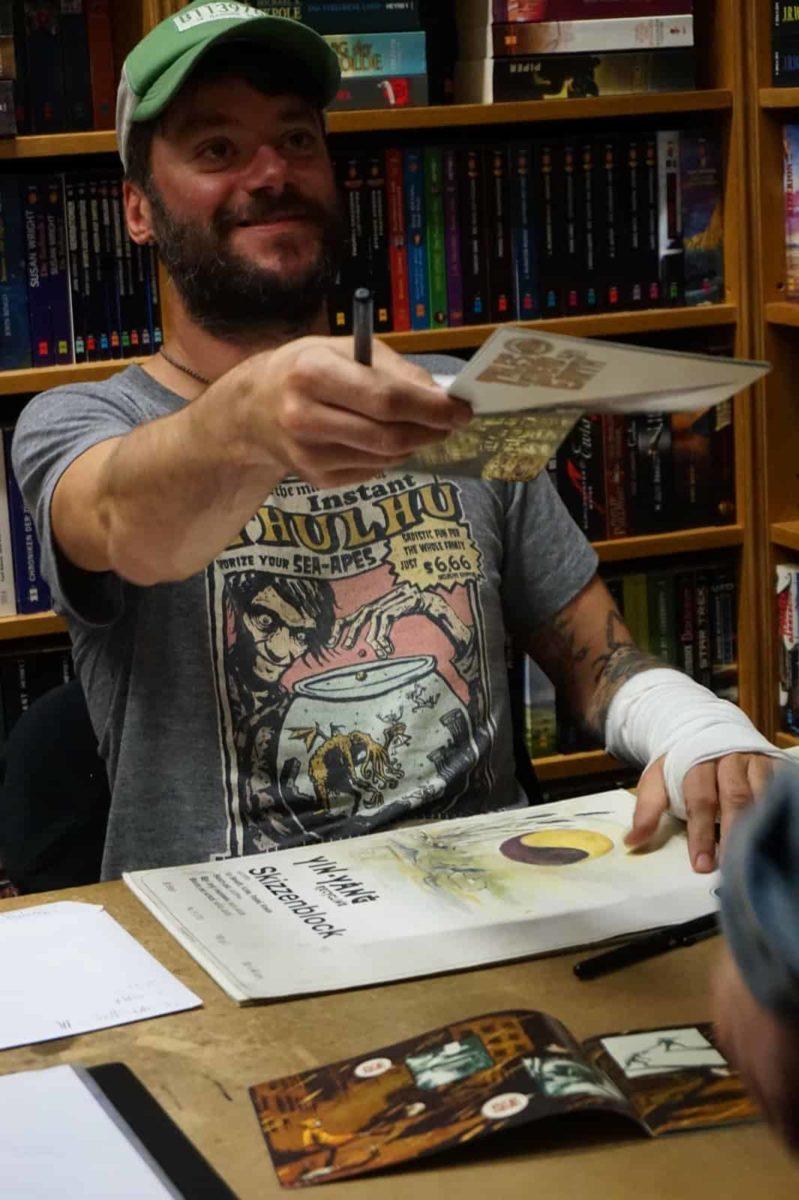 """Christian """"Krikra"""" Krank zeichnet wie ein Wilder und hatte auch seine neue Ausgabe von """"Tales of Dead Earth"""" dabei."""