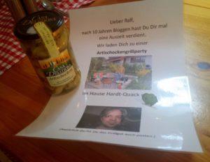 """Artischocken und eine Einladung zum Artischocken-Grillen von Folker und Birgit -- und ein """"Hand in Hand""""-Anstecker."""