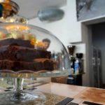 Kuchen unter Glas.