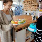 Julia Edeltraud bekommt Kuchen zur Eröffnung.