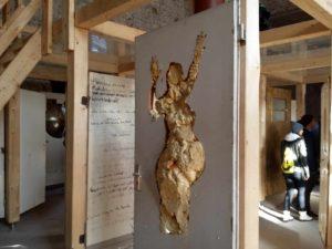 Bauschaumfrau in Tür