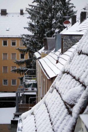 Schneeweiße Dächer in Würzburg