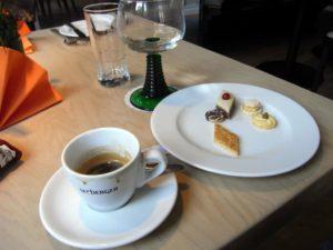 Espresso und Gebäcktellerchen