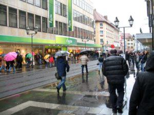Regentropfen, die auf die Kunden tropfen