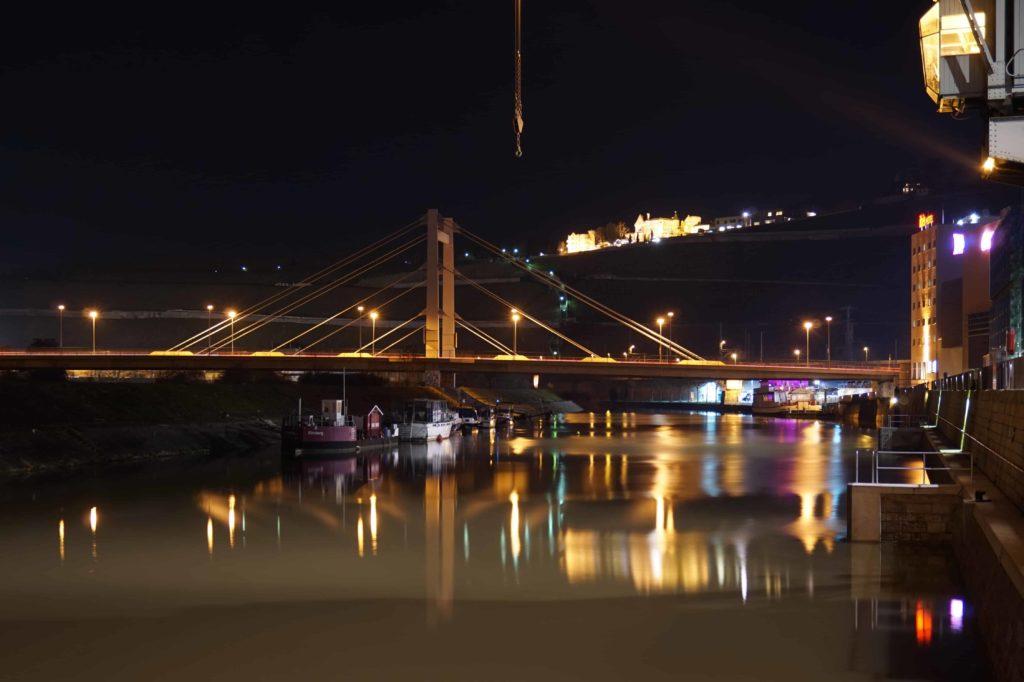 Nacht über dem Hafen