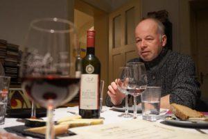 Winzer Ulrich Buck erzählt Geschichten über seinen Schwarzriesling.