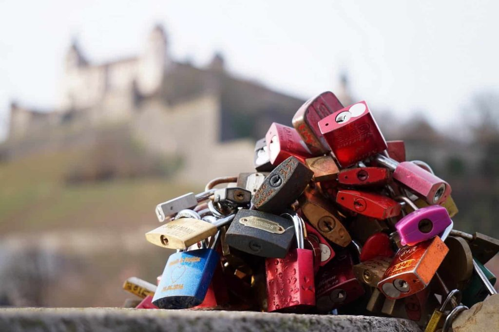 Liebesschlösser an der Alten Mainbrücke in Würzburg