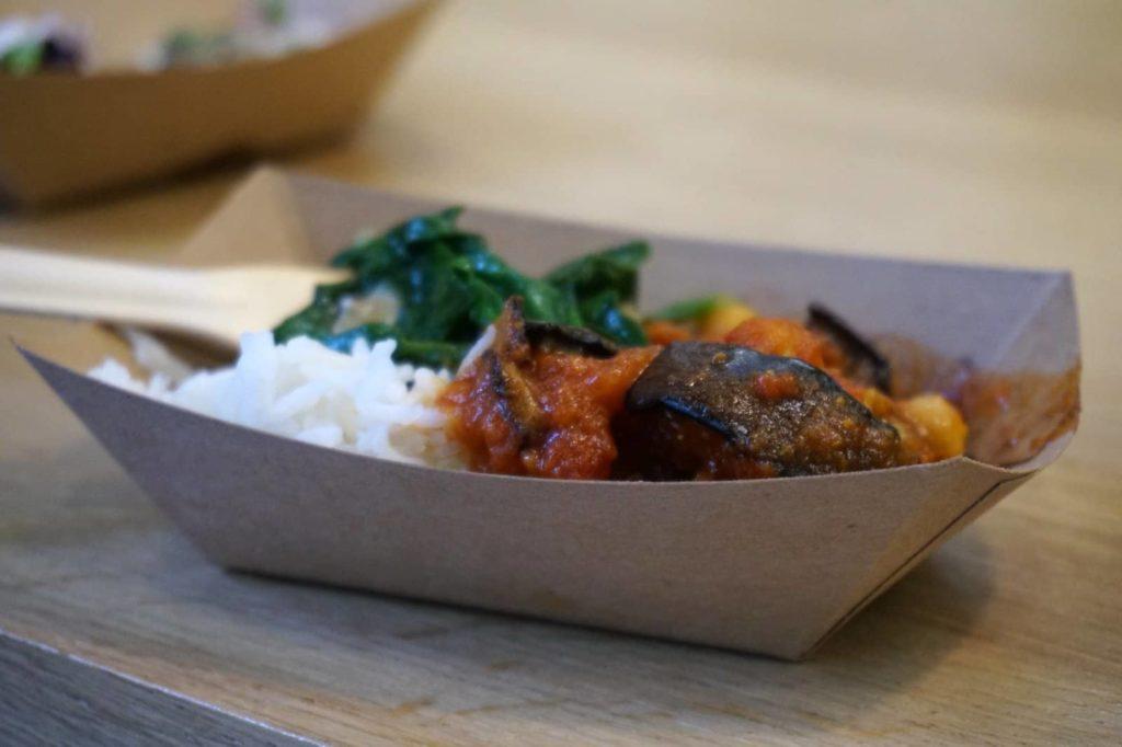 Streetfood: Curry mit Reis und etwas Spinat.