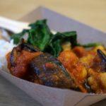 Curry mit Reis und etwas Spinat.