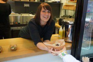 Glückliche Simone in der Straßenküche.