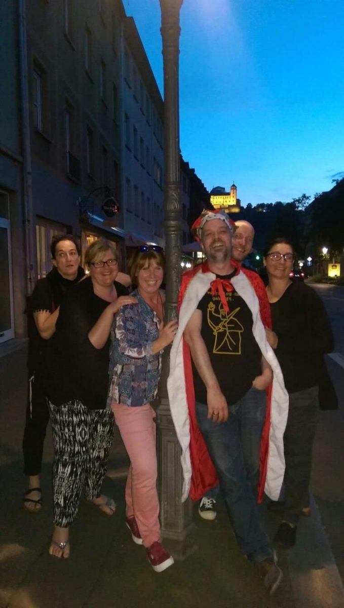 Der Rest am späten Abend. Frau Süß, Frau Schneegold, Notaufnahmeschwester, Moggadodde, Der König, Markus, Simone
