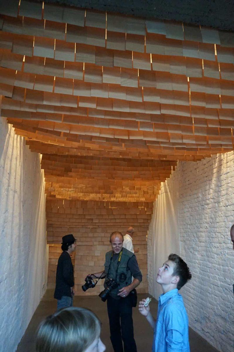 Die Holzhöhle im Fin-Ger-Concept-Store.