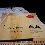 Signierte Holzplatten.