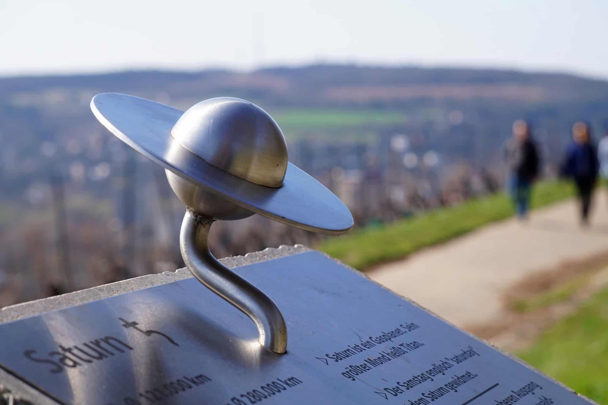 Planetenweg Würzburg: Der Saturn am Abtsleiten-Weinberg.