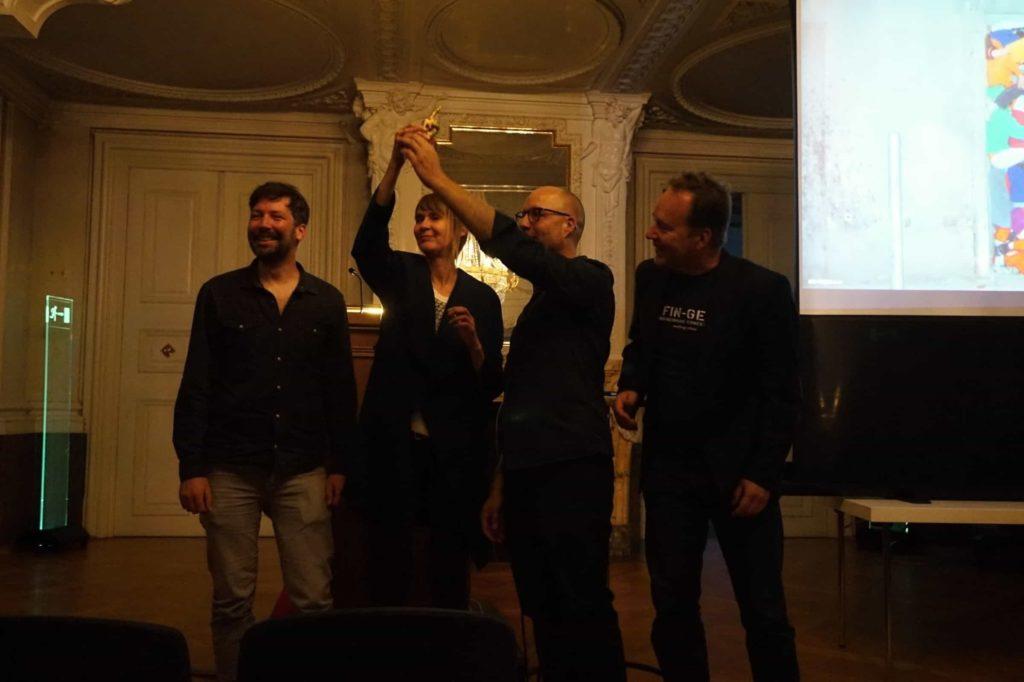 """Der Goldfinger der Fin-Ger Architektur Biennale 2017 geht an """"Hütten und Paläste"""" aus Berlin. Von links: Matthias Braun, Nanni Grau, Frank Schönert und Juhani Karanka."""