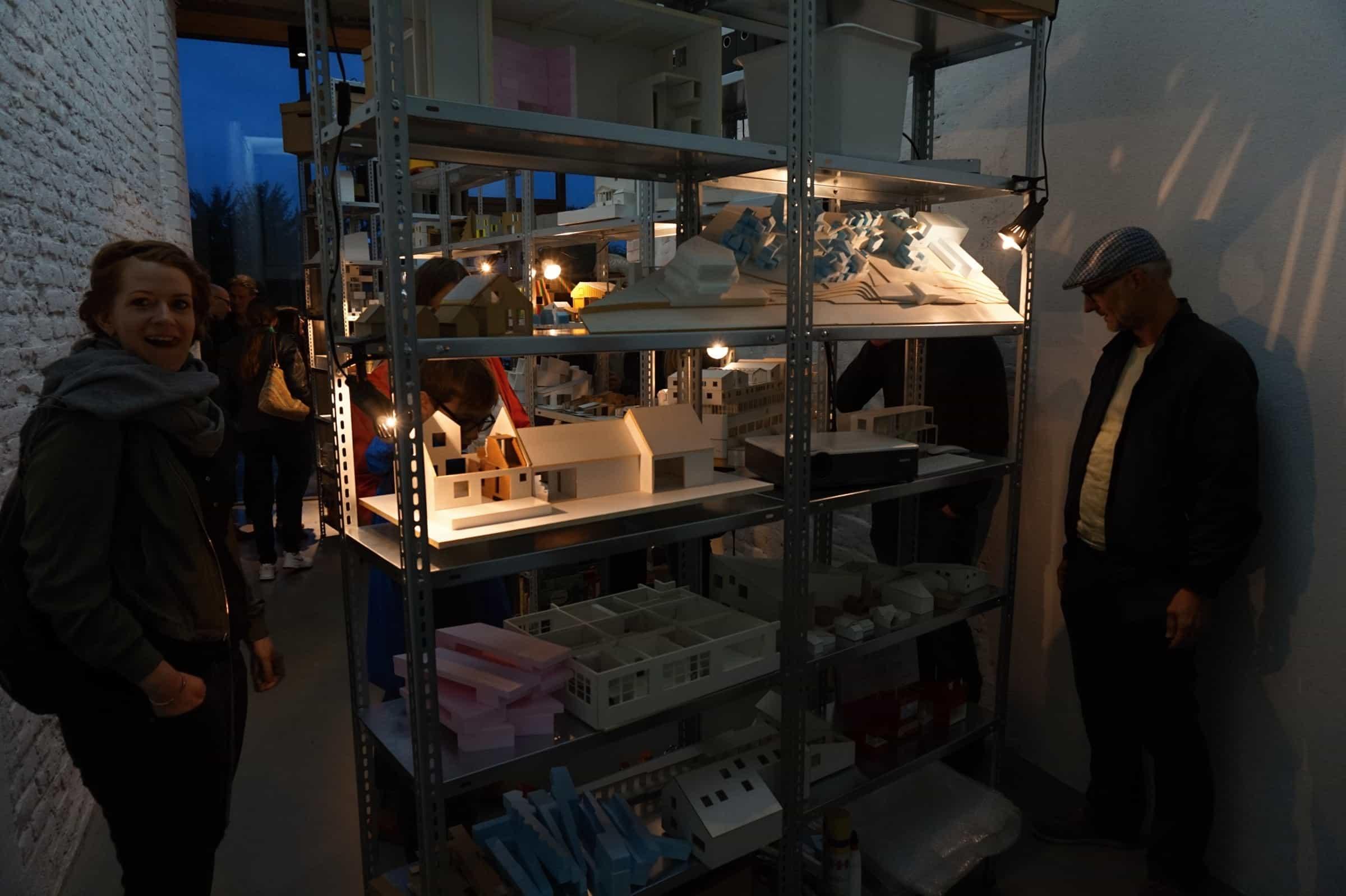 Goldfinger und metallregale bei der architektur biennale for Architektur 2017