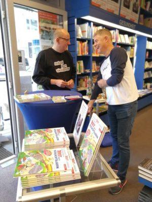 """Kai Fraass und Gunther Schunk bei der Signierstunde von """"Asterix un di Schlåchtbladdn"""" in der Buchhandlung Knodt."""
