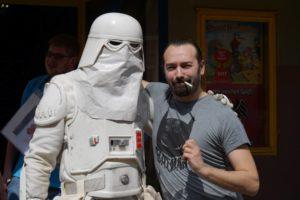Snowtrooper HZML 2906 (links) und Marvel-Zeichner Emilio Laiso.