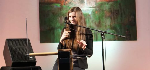Carolina Eyck am Theremin.