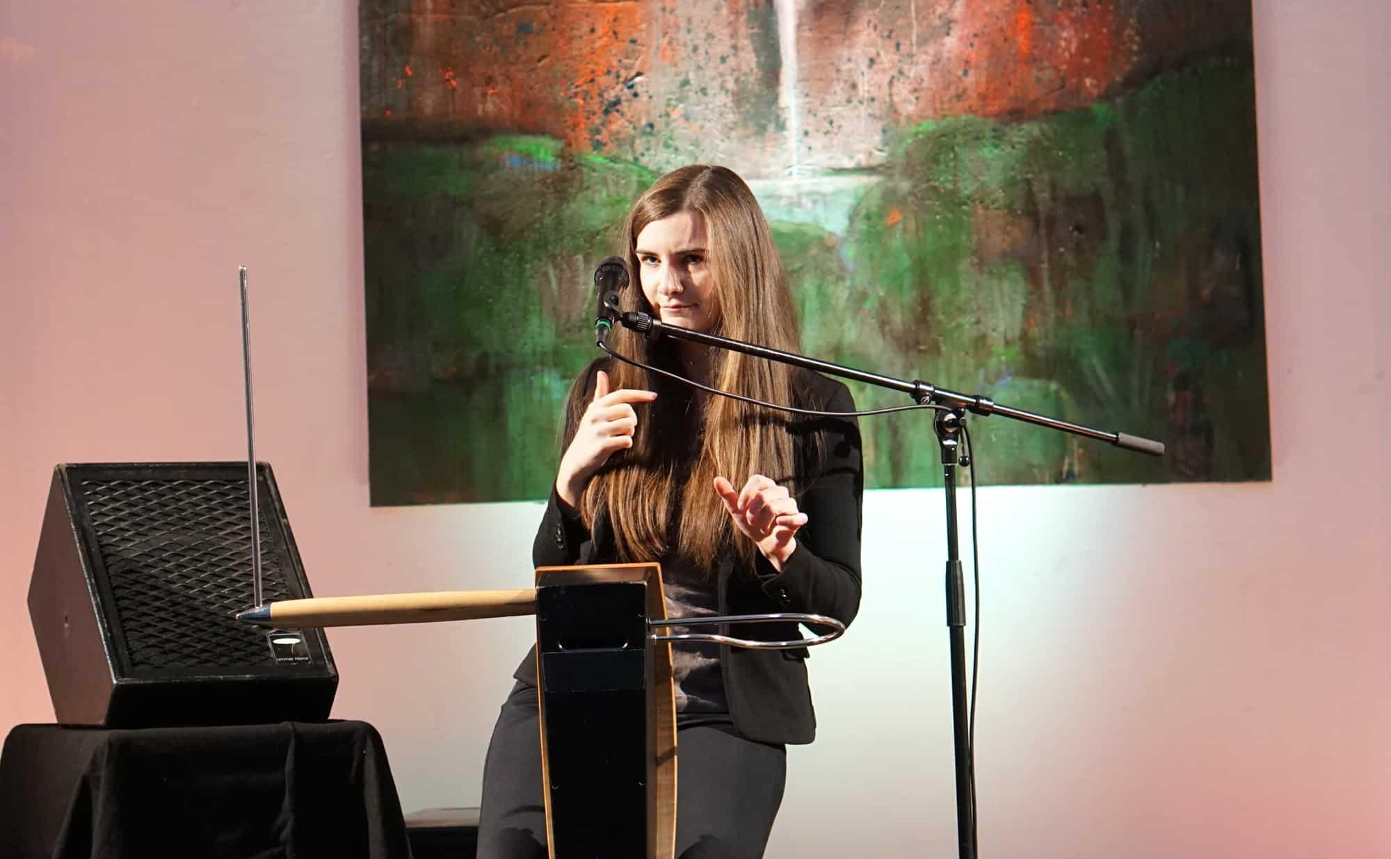 Carolina Eyck am Theremin.