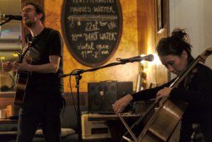 Hannes Wittmer und Clara Jochum spielen im Viertelkultur in Würzburg.