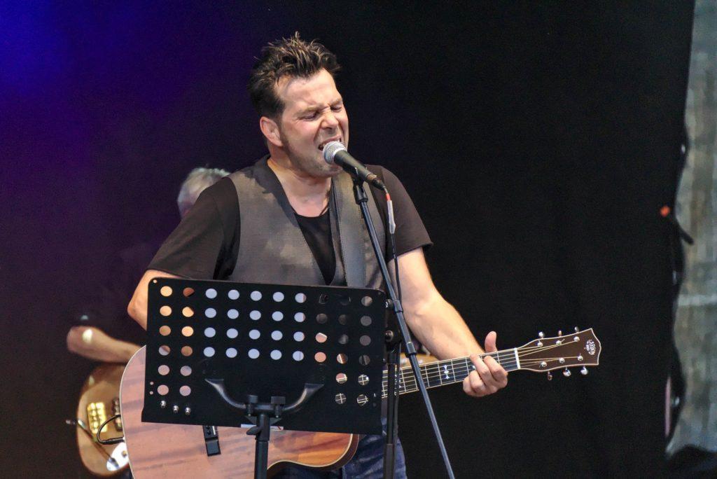 Markus Rill auf der Hafensommer-Bühne in Würzburg
