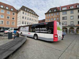 Der Coronatestbus auf dem Unteren Markt in Würzburg.